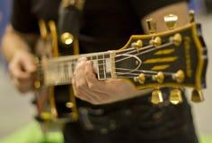 De musicus speelt de gitaar Royalty-vrije Stock Foto's