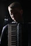 De musicus speelt de harmonika royalty-vrije stock afbeeldingen
