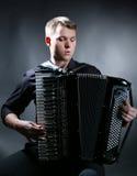 De musicus speelt de harmonika stock foto's