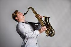 De musicus speelt de saxofoon. Stock Fotografie