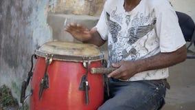 De musicus speelt de trommel op de straat stock video
