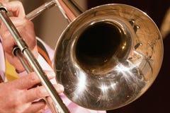 De musicus speelt een jazzmelodie op een trombone Close-up Voor muzieknieuws stock foto