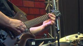 De musicus speelt een muzikaal instrument stock footage