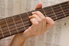 De musicus speelt een muzikaal instrument, gitarist Stock Foto's