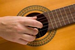 De musicus speelt een muzikaal instrument, gitarist Stock Afbeeldingen