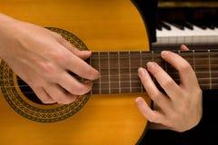 De musicus speelt een muzikaal instrument, gitarist Stock Foto