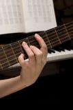 De musicus speelt een muzikaal instrument, gitarist Stock Afbeelding