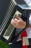 De musicus speelt een oude harmonika Stock Afbeeldingen
