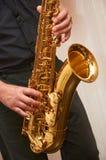 De musicus speelt een saxofoon Royalty-vrije Stock Fotografie