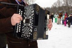 De musicus speelt harmonika op het feest van Maslenitsa stock fotografie