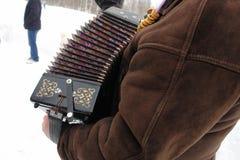 De musicus speelt harmonika in de winterweer op het feest royalty-vrije stock fotografie