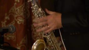 De musicus speelt de saxofoon stock footage