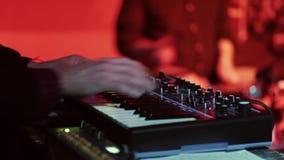 De musicus speelt de synthesizer tijdens een levend overleg stock footage