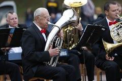 De musicus speelt de trompet stock foto