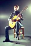 De musicusgitaar van de gitarist het akoestische spelen. Royalty-vrije Stock Foto's
