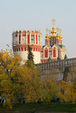 De muur en de Kerk van het Klooster van Novodevichy met Cu vijf Stock Afbeelding