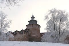 De muur en Toren Chasovaya van het Kremlin in Nizhny Novgorod in de winter. R royalty-vrije stock foto