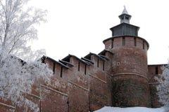 De muur en Toren Chasovaya van het Kremlin in Nizhny Novgorod in de winter. R royalty-vrije stock foto's