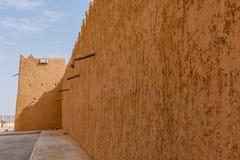 De muur en watchtower van Abu Jifan Fort en Paleis, Riyadh Provincie, Saudi-Arabië royalty-vrije stock foto