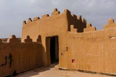 De muur en watchtower van Abu Jifan Fort en Paleis, Riyadh Provincie, Saudi-Arabië stock afbeeldingen