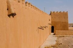 De muur en watchtower van Abu Jifan Fort en Paleis, Riyadh Provincie, Saudi-Arabië royalty-vrije stock afbeelding