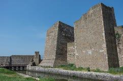 De muur, de gracht en de torens van Smederevo-Vesting zijn een middeleeuwse forti Stock Foto