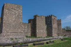 De muur, de gracht en de torens van Smederevo-Vesting zijn een middeleeuwse forti Stock Foto's