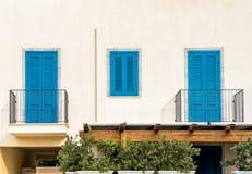 De muur met blauw deuren en venster Royalty-vrije Stock Foto's
