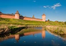 De muur met torens van het Verlosserklooster van St Euthymius is een klooster in Suzdal royalty-vrije stock fotografie