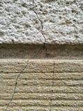de muur met twee patronen van texturen kleurde maar met sporen van barst royalty-vrije stock foto
