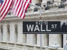 De muur St, ondertekent financieel district New York, de V.S. stock afbeeldingen