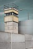 De Muur van Berlijn en de Toren van het Horloge, Duitsland Stock Foto's