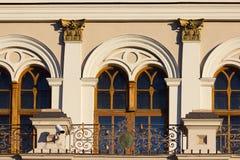 De muur van de bouw van met shuttered vensters Royalty-vrije Stock Foto's