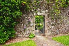 Stenen Muur Tuin : De muur van de steen met de poort van de tuin stock photos