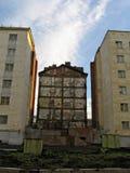 De muur van de ruïneuze bouw Stock Fotografie