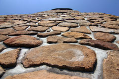 De muur van de steen en blauwe hemel stock afbeelding