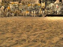 De muur van Graffiti in het strand stock afbeelding