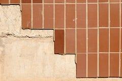 De muur van het buiding behandelde half met bruine tegels a Stock Fotografie