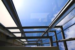 De muur van het glas in van binnenuit ontsproten bureaus de bouw stock afbeeldingen