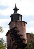 De muur van het Kremlin en Chasovaya-toren in Nizhny Novgorod, Rusland stock afbeelding