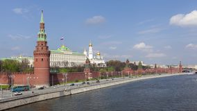 De muur van het Kremlin en de rivier van Moskou stock footage