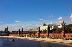 De muur van het Kremlin en rivier Moskva Royalty-vrije Stock Afbeeldingen
