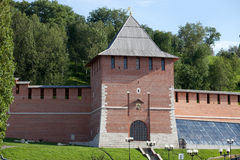 De muur van het Kremlin en Toren van Conceptie in Nizhny Novgorod, Rusland stock afbeelding