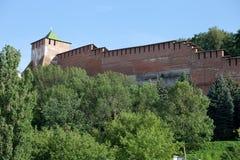 De muur van het Kremlin en Toren van George in Nizhny Novgorod, Rusland stock fotografie