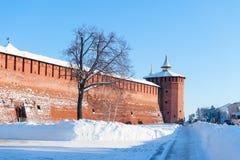 De muur van het Kremlin in het historische centrum van de rode horizontale lay-out van de baksteen sneeuwwinter stock afbeeldingen
