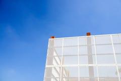 De muur van het staalnet met blauwe hemelachtergrond Royalty-vrije Stock Afbeeldingen