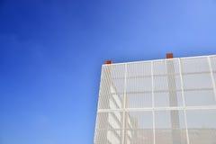 De muur van het staalnet met blauwe hemelachtergrond Stock Fotografie