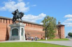 De muur van Kolomna Kremlinl, het monument aan Dmitry Donskoy royalty-vrije stock fotografie