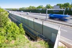 De muur van de lawaaibescherming op een weg Royalty-vrije Stock Fotografie