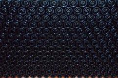 De muur, van lege flessen wordt gestapeld die Royalty-vrije Stock Afbeelding